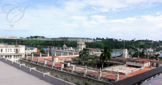 You can see the El Morro fortress in the distance. On y voit la forteresse El Morro à l'horizon.
