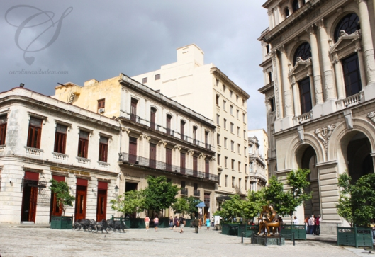 Another view of the Plaza with cafés and the old stock exchange building. Quelques cafés et l'ancienne bourse.