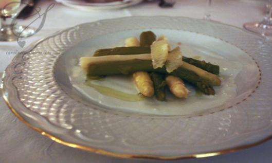 My starter - asparagus and cheese shavings. J'ai commencé avec des asperges et du fromage.