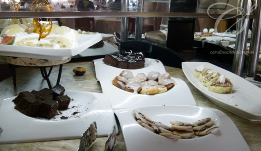 It's not a buffet without desserts! Ce n'est pas un buffet sans le dessert!