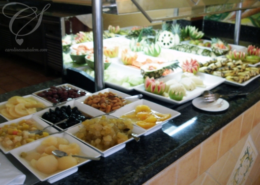 The lunch buffet - fruits galore! The buffet du midi - des fruits, des fruits et encore d'autres fruits!