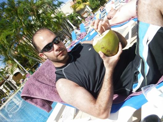 Fresh coconut water for Salem! De l'eau de noix de coco frais pour Salem!