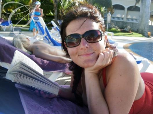 The sun, water to swim in, my husband and a book - what more could I want? Le soleil, de l'eau pour aller me baigner, mon mari et un livre; pourrais-je souhaiter pour mieux que ça?