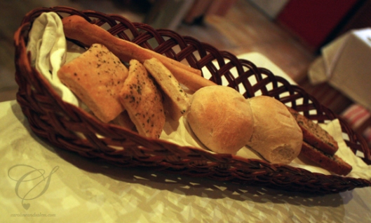 Bread basket to start off dinner. Un assortiment de pain pour débuter le souper.