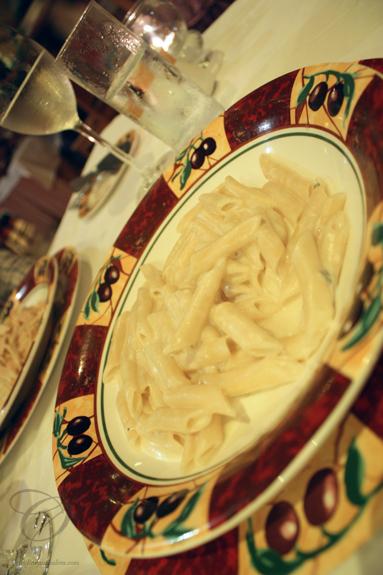 Pasta with an alfredo sauce - we kept it simple. Pâtes avec une sauce alfredo. Nous avons décidé de simplifier les choses.