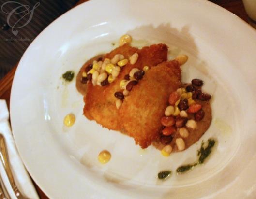 Breaded mahi mahi nuggets with blackbean hummous, blackbeans and corn. Ddes croquettes au mahi mahi avec du hummous au haricots noirs avec des haricots et du maïs.