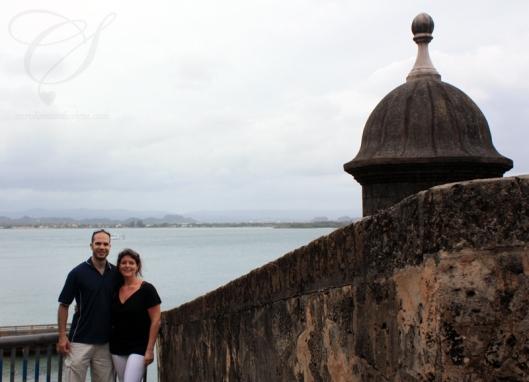 C&S by a seaside old city wall with one of the many symbols of Puerto Rico. C&S en avant d'un mur de la vieille ville et un des symboles les plus reconnus de Puerto Rico.