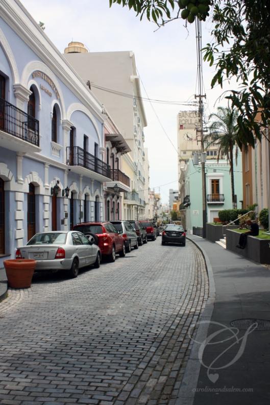 Old buildings, new cars. Vieux édifices, nouvelles voitures.