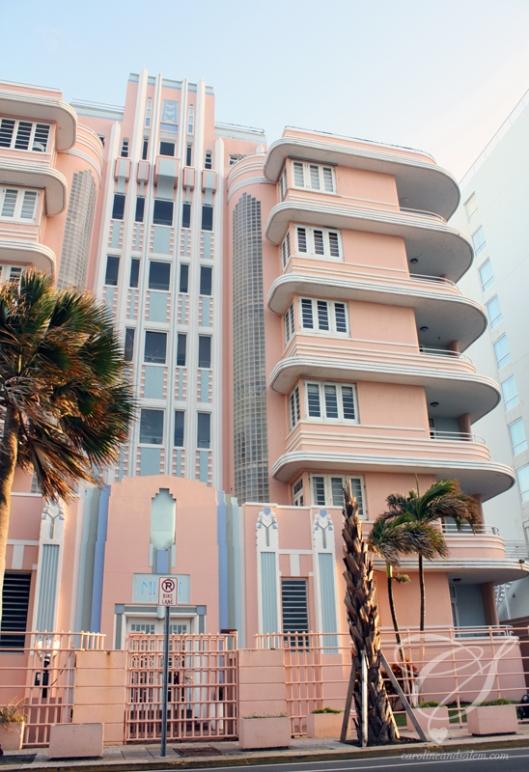 I love this Miami-style architecture. J'adore l'architecture style Miami.