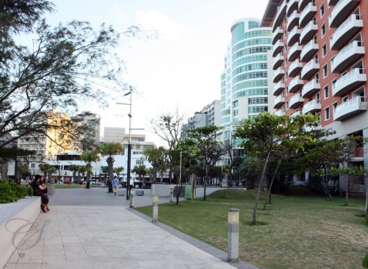 Condado green space between hotels. Espace vert entre les hôtels à Condado.