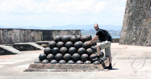 Cannon balls - I can't imagine the weight of these. Des balles de cannon. Je ne peux m'imaginer du poids de celles-ci.