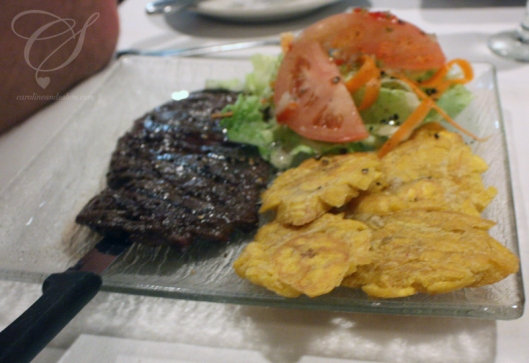 "Salem had steak and plantain ""galettes"". Salem a pris le steak et des galettes aux plantains."