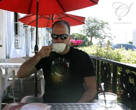 Salem enjoying his coffee. Salem profite de son café.