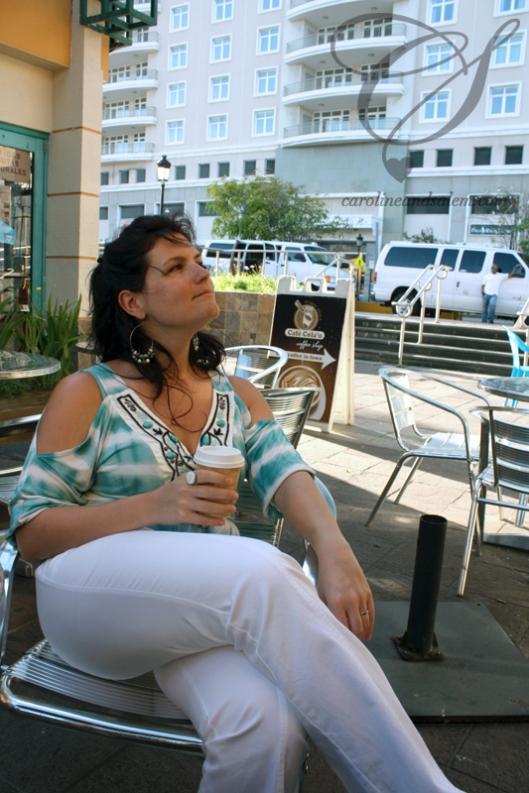 Caro gets to enjoy her coffee. C'est au tour de Caro de savourer son café.